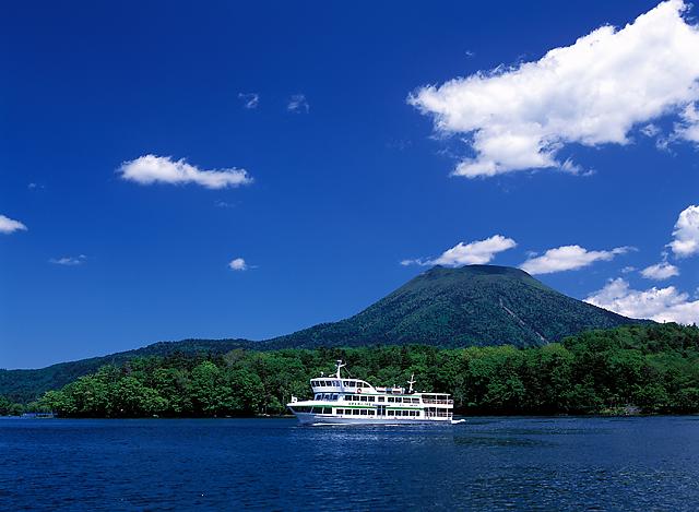 夏の阿寒湖と遊覧船